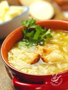 Zuppa di pane e cipolle bianche