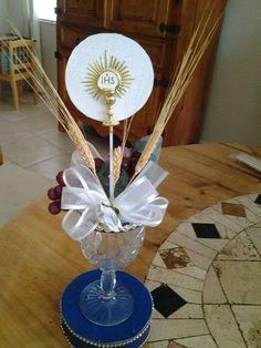 Centros de mesa para Primera Comunión: ideas para decorar en casa - Centro religioso con copa y espigas