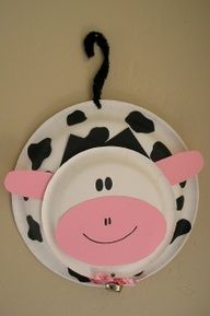 making this cow door hanger for Faith's birthday party :-) Doing a cow/f… - Nutztiere Kids Crafts, Daycare Crafts, Classroom Crafts, Toddler Crafts, Paper Plate Art, Paper Plate Crafts, Paper Plates, Cow Craft, Farm Animal Crafts