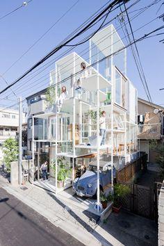 Le cabinet Sou Fujimoto Architects a imaginé House NA, une maison familiale dans un quartier résidentiel de Tokyo, au Japon.  Conçue pour un jeune couple, cette maison transparente contraste avec les murs de béton typiques de la plupart des zones résidentielles du Japon et qui plus est, de la capitale. Associé au concept de vivre comme dans un arbre, l'intérieur spacieux est composé de 21 niveaux ou plateformes individuelles, toutes situées à différentes hauteurs.  Décrite comme « une… Architecture Design, Modern Japanese Architecture, Cabinet D Architecture, Japanese Modern, Japanese House, Sou Fujimoto, Kenzo Tange, Lebbeus Woods, Shigeru Ban