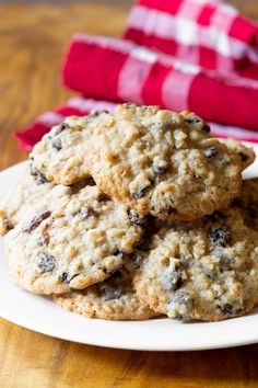 Soft and chewy on the outside, crispy around the edges, packed with raisins and spice... You've got to try them. #aspicyperspective #foodblog #foodie #instayum #hungry #thekitchn #onmytable #dailyfoodfeed #foodlove #foodpic #instafood #foodstagram #tasty #oatmealraisincookies #oatmealraisin #oatmeal #raisin #oatmealcookies #homemade #cookies #cookierecipe #easy #simple #dessert #sweettreat #sugar The Best Oatmeal Raisin Cookie Recipe, Oatmeal Cookie Recipes, Cocoa Cake, Air Frier Recipes, Simple Dessert, Homemade Cookies, Food Videos, Spice, Tasty