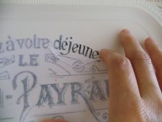 Transfer de bandejas con el mod podge. Muy buen tutorial :) Foto Transfer, France Europe, Chalk Paint, Free Printables, Tattoo Quotes, Decoupage, Stencils, Upcycle, Diy Crafts