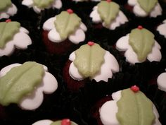 Marzipan Christmas Puddings. Nommmmmm. Marzipan Recipe, Marzipan Fruit, Christmas Pudding, Christmas Desserts, Puddings, Nom Nom, Cake Decorating, Recipes, Food