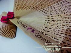 A noiva Nathalia escolheu lindos pombinhos para decorar seus leques. www.personalizamadeira.com.br