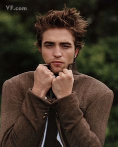 Robert Pattinson pictures and photos. Robert Pattinson portrays Edward Cullen from Twilight, New Moon movie, Eclipse, and Breaking Dawn. Robert Pattinson Twilight, Robert Pattinson Movies, Crazy People, Pretty People, Vampire Diaries, Robert Douglas, Edward Cullen, Twilight Saga, Vampire Twilight