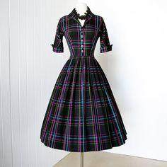 early LAIGLON black with woven plaid stripes turned cuffs full skirt pin-up shirtwaist dress. via Etsy. Retro Mode, Vintage Mode, Etsy Vintage, Vintage 1950s Dresses, Retro Dress, Vintage Clothing, Pretty Dresses, Beautiful Dresses, Dresses For Work
