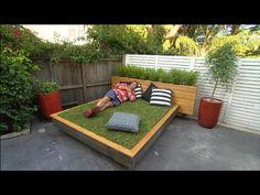 Este Clever Hierba diván es un cambiador de juego para espacios exteriores de hormigón