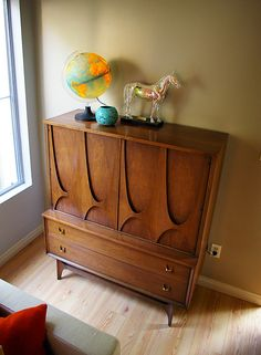 dresser - Man, I saw a whole bedroom set of this design at the local thrift store but the DH wasn't interested!!! Darn!