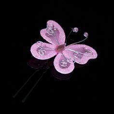 Superschattige haarspeldje met roze organza vlinder en strass steentjes. De vlinders steekt u in het haar van uw bruidsmeisjes d.m.v. de zwarte haarspeldjes. Deze haarspeldjes zijn handgemaakt door Haarfrutsels.nl en alleen in onze webwinkel verkrijgbaar.  Grootte van de vlinder: 47mm x 53mm  De vlinder is tevens in het wit verkrijgbaar.