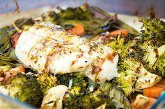 Recept Kabeljauw met groenten uit de oven Een lichte en gezonde maaltijd tjokvol groenten. Ook de vis is licht verteerbaar en perfect voor slanke dagen. Dutch Recipes, Easy Healthy Recipes, Easy Meals, Healthy Foods, Fish Dishes, Fish And Seafood, Food Inspiration, Paleo, Good Food