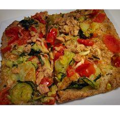 Pizza con farine integrali, condite con tonno e tante buone verdure