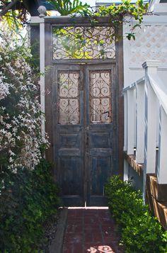 D'antiques portes extérieures peuvent être réutilisées pour séparer une allée de l'espace jardin. Et c'est si joli! Craftsman Patio by Carolyn Reyes. (Houzz)