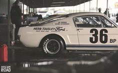 the escape road (Ford Mustang Oldtimer)