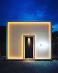 simple and dramatic entry with work on light Minimalist Architecture, Architecture Details, Interior Architecture, Facade Design, Door Design, Exterior Design, Entrance Lighting, Facade Lighting, Deco Spa