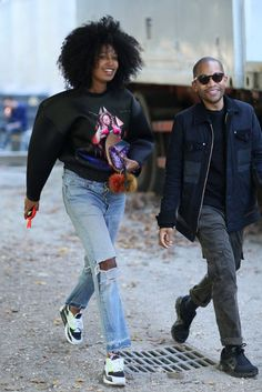 Proof that you can still play it casual and cool, even at Fashion Week. Julia Sarr-Jamois kept cool in a sweatshirt and distressed denim. Kobe Shoes, New Nike Shoes, Nike Free Shoes, Running Shoes Nike, Air Max Camo, Cheap Air Max 90, Nike Free Run 2, Spring Street Style, Street Chic