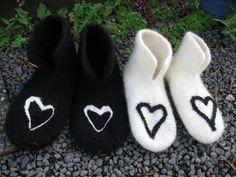 Kristines lille krok: Oppskrift på tova tøfler Hobbies And Crafts, Diy And Crafts, Felted Slippers, Felt Hearts, Knit Patterns, Needle Felting, Mittens, Baby Shoes, Knitting