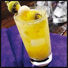 """¿Motivos para celebrar? El """"Coctel Kiwi Fruit"""" sin alcohol te permitirá hacerlo y levantarte mañana con todo para empezar otra buena semana. La receta aquí...    Ingredientes: en las cantidades que desees combina: Banano, Naranja, Piña y  Kiwi.  Preparacion: Licua partes iguales de cada fruta, escarcha el borde de una copa con jugo de naranja y azúcar. Decorar con fruta fresca.  Y... ¡Salud!"""