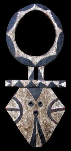 """Maschera """"Bedu""""- Nafana, Kulango, Hwela : Regione di Bondoukou, Costa d'Avorio.Legno, pigmenti, caolino, patina d'uso. Dimensioni : h cm 113 x L cm 48"""