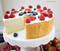 This delicious Sugar Free Angel Food Cake recipe is super easy to make, low carb, and perfect for diabetics. An incredible sugar free dessert. Sugar Free Angel Food Cake Recipe, Sugar Free Vanilla Cake, Sugar Free Desserts, Sugar Free Chocolate, Köstliche Desserts, Healthy Desserts, Delicious Desserts, Chocolate Frosting, Healthy Baking