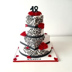 Torta decorata con rose rosse e ghiaccia reale nera Red roses and black royal icing cake