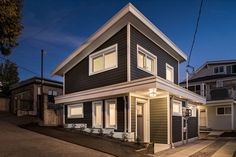 With its bedroom tucked into the lower level, this Vancouver laneway house has plenty of views of the Vancouver cityscape and mountains. Small Cottage Homes, Small Tiny House, Tiny House Plans, House Floor Plans, Tiny Homes, Big Houses, Little Houses, Style At Home, Tiny Home Office