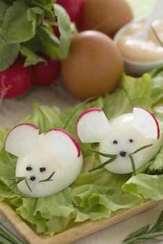 Se a Pasqua ci sono del bambini allora sarà divertentissimo stupirli con questa sorpresa: i #topolini di #uova (egg mice) sono semplici uova sode camuffate con l'aiuto di sottili fettine di ravanello a mo' di orecchie, olive nere per gli occhi, erba cipollina per fare la coda! Sono bellissimi!