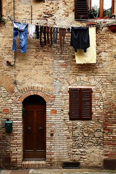 San Gimignano, Tuscany. Love a clothes line...mine goes off the deck, tree to tree.  I feel so luck.  And so happy hanging out clothes.  I is just fun to have fresh towel and bed linens.