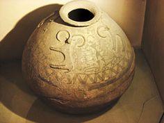 گیل گمش قدیمیترین حماسة شناخته شدة بشری، داستان موجودی افسانهای به نام گیل گمش است. این داستان به سه تا چهار هزار سال قبل از میلاد برمیگردد و به صورت نمادین، انتقال بشر از دوران پارینه سنگی به شهرنشینی را در تمدن بابل بازگو میکند. نقش این خمرة سفالی بزرگ که مخصوص ذخیرة غلات است، افسانة گیل گمش را نشان میدهد. این خمره مربوط به 5 هزار سال پیش است و در نهاوند پیدا شده