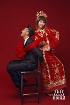 Very cute Chinese wedding portrait - mix of modern and traditional- Just plain… Pre Wedding Photoshoot, Wedding Poses, Wedding Portraits, Wedding Attire, Wedding Ideas, Chinese Theme, Chinese Style, Chinese Fashion, Chinese Wedding Dress Traditional