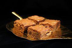 Zucchini chocolate brownies.Find recipe at www.sweetfoodomine.com. Kesäkurpitsa-suklaabrowniet.