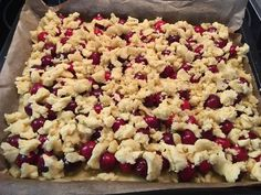 Cherry crumble cake by beight Great Recipes, Snack Recipes, Easy Recipes, Cherry Crumble, Puff Pastry Recipes, Puff Pastries, Gateaux Cake, Rice Krispie Treats, Food Items