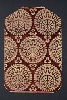 Chasuble. Satin ground velvet; brocaded with metal thread. 16th century. Miseruha hátoldala - török bársony padlótakaróból szabva