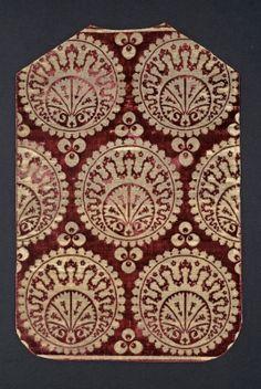 Chasuble. Satin ground velvet; brocaded with metal thread. 16th century. Miseruha hátoldala - török bársony padlótakaróból szabva