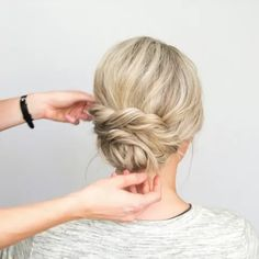 his one is so quick and simple but gives boho vibes 💕 gildingthelily hairandmakeupbyerinryser updo updotutorial hairtutorial hairtutorials beyondtheponytail modernsalon kenraprofessional stylistssupportingstylists haireducation 826410600353447163 Medium Hair Styles, Short Hair Styles, Boho Hairstyles, Hairstyle Ideas, Short Hair Ponytail Hairstyles, Hairstyle Tutorials, Hair Videos, Bridesmaid Hair, Hair Lengths