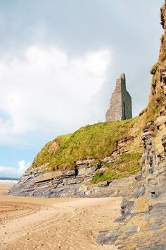 15 gorgeous castle hotels in Ireland to feel like a princess! Discover the castles in Ireland where you can sleep, with info on your trip to Ireland and more! Castle Hotels In Ireland, Castles In Ireland, Beautiful Castles, Beautiful Places, Fairytale Castle, Monument Valley, Travel Inspiration, Fairy Tales, Travel Photography