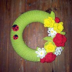 Nu har kreativa Christine Kvist skapat en härligt vårig dörrkrans med blommor och nyckelpigor! Garnet är Nova. Till kransen går det åt ett helt nystan (50 g), men till blommorna …
