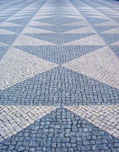El pavimento portugués geométrico en Lisboa, artesanía y arte. | Matemolivares
