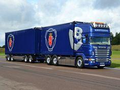 Scania is een Zweeds merk en is een toonaangevende producent van zware bedrijfsauto's, autobussen en motoren voor industrie en scheepvaart.
