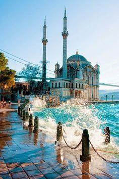 Мечеть Ортакёй — это прекрасная мечеть в удивительном и красивейшем городе Турции – Стамбуле. Необходимо уточнить, что официально мечеть называется Большая мечеть Меджидие. Она расположена в районе Ортакёй в новой части города рядом с Босфорским мостом. Мечеть возведена в 1853-1854 годах в стиле османского барокко. Мечеть, построенная по приказу падишаха Абдул-Меджида в середине XIX в.