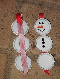 Snowman Christmas craft using white bottle caps. You could also use all kinds of 3D objects to decorate these and then seal with 3D Crystal Laquer.