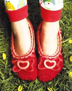 @Shelby Allaho shared that there's now a free pattern downloadon @craftsideworld for the slippers in Crocheting Clothes Kids Love