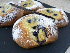 Briochettes à la crème pâtissière et myrtilles - par Cuisine Voozenoo http://www.cuisine.voozenoo.fr/2015/09/11/briochettes-a-la-creme-patissiere-et-myrtilles/#more-10647