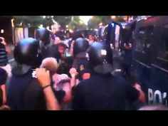 Señora retenida en un furgón policial frente a Ferraz