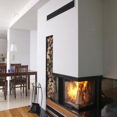 Kominek w salonie jest nie tylko efektowną dekoracją wnętrza, ale przede wszystkim symbolem domowego ogniska. Wprowadza do aranżowanej przestrzeni wyjątkowy klimat i wypełnia ją przyjemnym ciepłem. Wyznaczając centrum życia rodzinnego, aspiruje do miana największej ozdoby aranżowanej przestrzeni. Przygotuj się na nadchodzącą jesień i zainspiruje się projektami wnętrz w kominkiem i biokominkiem w roli głównej! Inside Design, Galaxy Wallpaper, Fireplace Design, Jacuzzi, Home Interior Design, Firewood, Minimalism, Sweet Home, New Homes