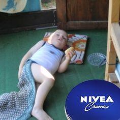 unser Enkelsohn war vom vielen Spielen an der frischen Luft so müde, daß er sich auf die Terasse gelegt hat. Natürlich hat die Omi das Eincremen mit Nivea nicht vergessen, denn die liegt immer griffbereit in der Gartenlaube, nicht nur für kleine Racker!