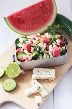 Zum Mitnehmen bitte: Zum Abkühlen: Wassermelonen-Salat mit Gurke, Feta und fris… To take with you please: To cool down: Watermelon salad with cucumber, feta and fresh mint Salad Recipes Healthy Lunch, Salad Recipes For Dinner, Healthy Snacks, Melon Recipes, Creamy Cucumber Salad, Mint Salad, Tasty, Yummy Food, Summer Dishes