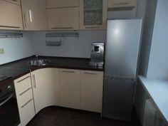 Плита и холодильник, имеющие большую глубину, установлены по краям гарнитура