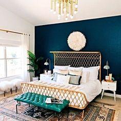 O azul é a cor perfeita para criar uma parede de destaque em qualquer cômodo. Neste quarto, o dourado incrementa o décor nos detalhes da cama e da luminária. (via @elledecor) #inspiration #inspiração #casa #home #decor #décor #decoration #decoração #brasil #brazil #trend #casaclaudia #revistacasaclaudia