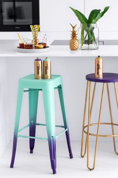 Gradient Bar Stools – Taking a seat in style Metal Stool, Wooden Stools, Gold Spray Paint, Steel Wool, Gold Line, Cocktail Glass, Take A Seat, Cool Diy Projects, Yard Sale