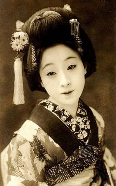 Portrait of a Hangyoku, apprentice geisha, circa. In Tokyo, apprentice geisha is called Hangyoku, whereas in Kyoto they are called Maiko. Art Geisha, Geisha Japan, Kyoto Japan, Okinawa Japan, Geisha Makeup, Japanese Kimono, Japanese Art, Japanese Doll, Japanese Gardens